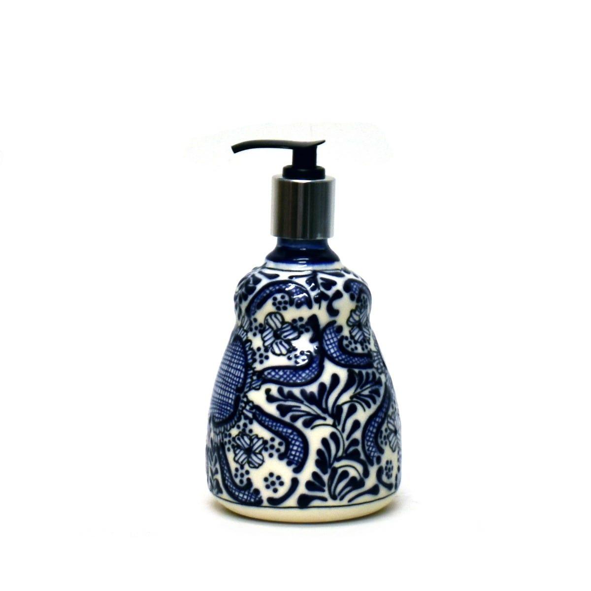 Dispensador de jabón de cerámica Casa Mejicu con relieve azul y bomba plateada