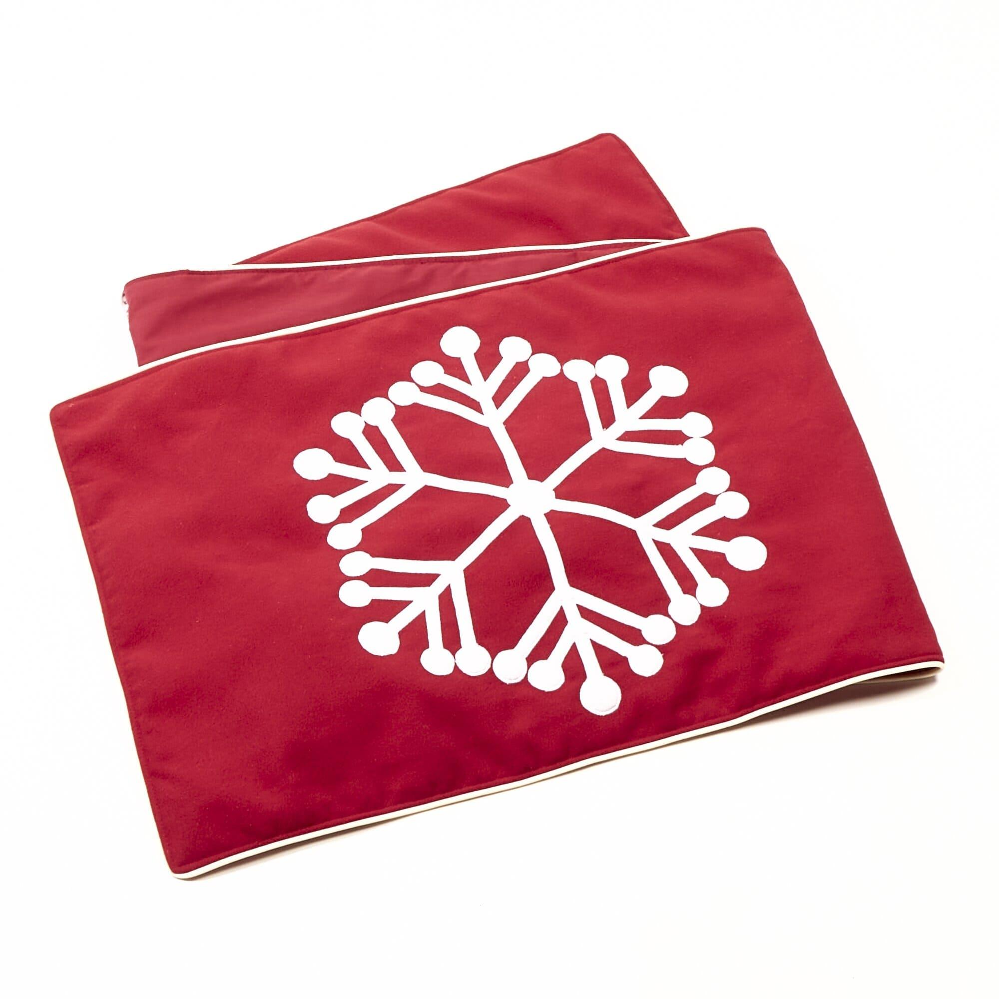 Camino de mesa de poliéster Bartolla™ Algarabia con diseño de copo de nieve color rojo